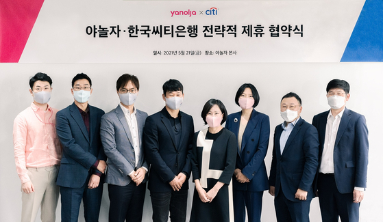 Citibank Korea CEO Yoo Myung-soon, fifth from left, Yanolja CEO Lee Su-jin, fourth from left, and related officials from the two companies pose for a photo after signing a partnership on Friday at Yanolja headquarters in Gangnam District, southern Seoul. [CITIBANK KOREA]