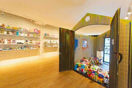 """Shelves packed with plastic toys at the """"Tong's Vintage: The Strange Tongui General Store"""" exhibition at the Daelim Museum in Tongui-dong, Jongno District, central Seoul. [DAELIM MUSEUM]"""