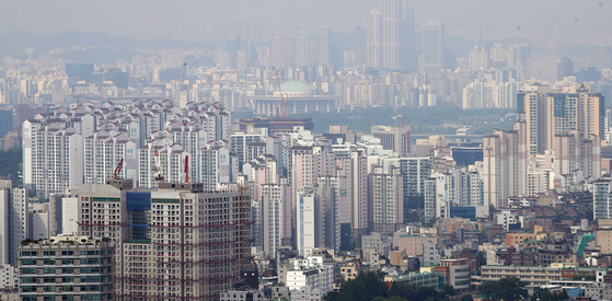 View of apartrment in Seoul from Mount Namsan on Sunday. As the government assessed value rose, tax burden have increased, increasing the number of people asking for paying property taxes in installment. [YONHAP]