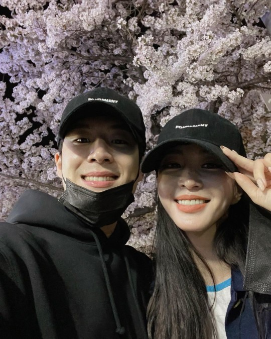 Actor Han Ye-seul, right, uploaded a selfie with her boyfriend earlier this month on her Instagram. [INSTAGRAM]