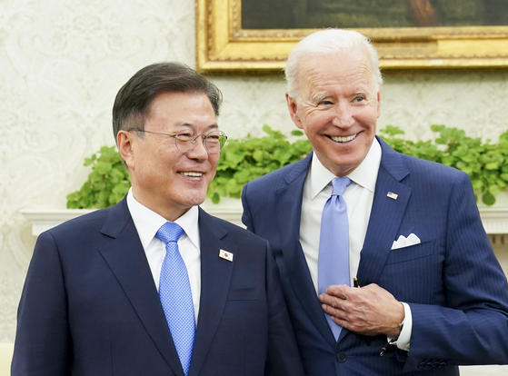 President Moon Jae-in, left, with U.S. President Joe Biden, during their meeting in the Oval Office of the White House in Washington D.C. on Friday. [YONHAP]