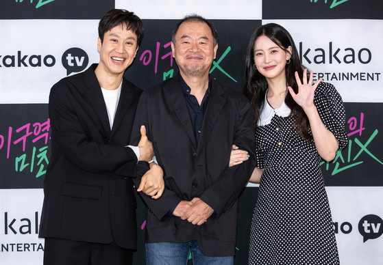 """From left, actor Jung Woo, producer Lee Tae-gon and actor Oh Yeon-seo pose for the photo at an online press event to promote their Kakao original series """"The Crazy Guy in This District"""" on Monday. TThe first episode was released on Kakao at 7 p.m. Monday. [KAKAO TV]"""