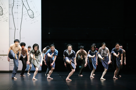 ″A Seventh Man″ by choreographer Jung Young-doo is a modern dance performance based on the 1975 book of the same title written by John Berger and Jean Mohr. [LG ARTS CENTER]