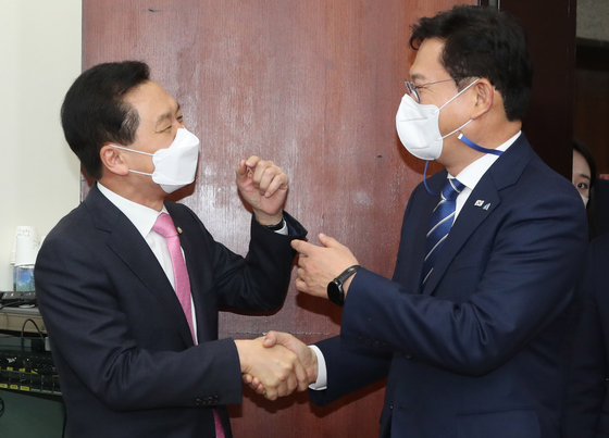 In this file photo, chairman Song Young-gil of the Democratic Party, right, meets with the People Power Party's floor leader and acting chairman, Kim Gi-hyeong, on May 3. Song and Kim, along with other heads of political parties, will attend a luncheon hosted by President Moon Jae-in on Wednesday at the Blue House. [YONHAP]