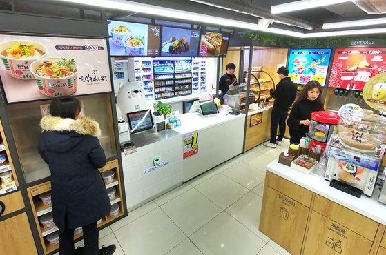 A view of a 7-Eleven in Hannam-dong, central Seoul, a 40-pyeong (1,423 square feet) Food Dream store, featuring premium foods. [7-ELEVEN]