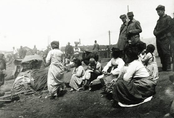 Koreans in Vladivostok in 1916. The photo was taken by a Hungarian prisoner of war who was deported into the Russian Far East.. [HUNGARIAN EMBASSY]