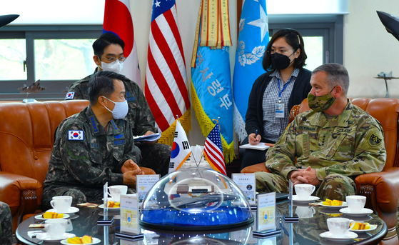 Air Force Chief of Staff Lee Seong-yong meets with Commander James H. Dickinson of the United States Space Command at Osan Air Force Base on Tuesday. [YONHAP]