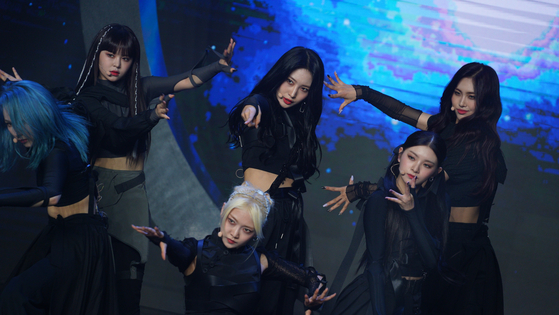 """Girl group Everglow performs its new track """"First"""" during an online showcase held on Tuesday for its new EP """"Last Melody.""""[YUE HUA ENTERTAINMENT]"""