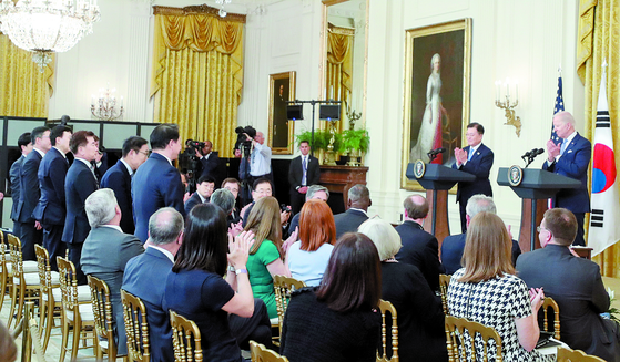 U.S. President Joe Biden gives a round of applause to Korea's corporate leaders for their investment plans in America at the White House on May 21. [YONHAP]