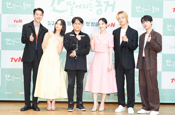 """From left, actors Jang Ki-yong, Lee Hye-ri, director Nam Sung-woo, actors Kang Han-na, Kim Do-wan and Bae In-hyuk pose during Wednesday's press conference for the tvN romantic comedy series """"My Roommate is a Gumiho,"""" which aired its first episode on the same day. A 'gumiho' is a legendary nine-tailed fox creature in Korean folklore, which usually takes the form of a beautiful woman and hunts men. But in this series, the gumiho is a 999-year-old man who ends up living with a woman born in 1999. [TVN]"""