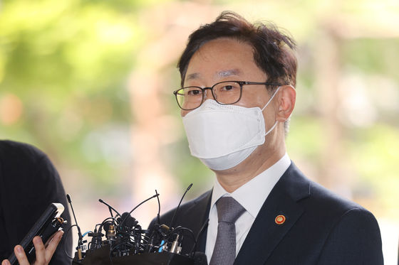 Justice Minister Park Beom-kye answers reporters' questions outside the Seoul Southern District Court in Yangcheon District, western Seoul, on Wednesday. [YONHAP]
