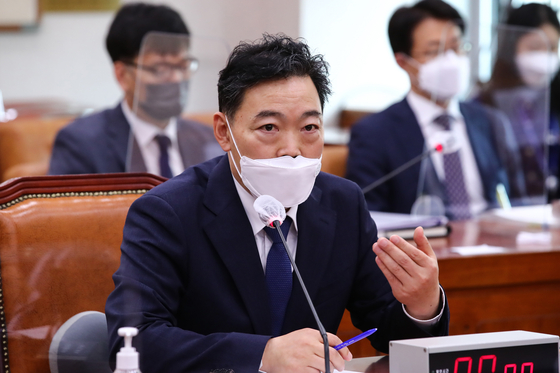Prosecutor general nominee Kim Oh-soo answers a lawmaker's question at the National Assembly's confirmation hearing on Wednesday. [YONHAP]
