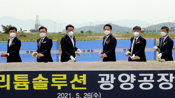 Posco CEO Choi Jung-woo, third from left, takes part in a groundbreaking event for a lithium hydroxide plant in Gwangyang, South Jeolla, Wednesday. [POSCO]