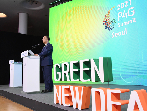 Fnance Minister Hong Nam-ki speaks on Korea's effort on carbon neutrality at the Green Future Week at the Dongdaemun Design Plaza (DDP) on Tuesday. [MINISTRY OF ECONOMY AND FINANCE]