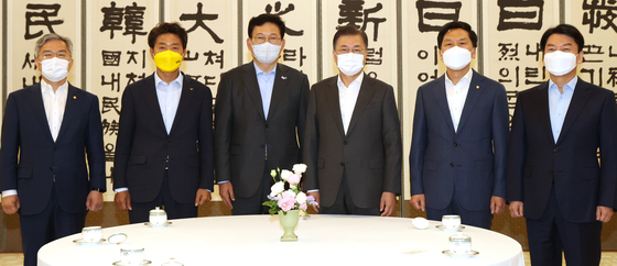 President Moon Jae-in and leaders of five political parties pose before a luncheon at the Blue House on Wednesday. From left, Choe Kang-wook of the Open Minjoo Party; Yeo Yeong-gug of the Justice Party; Song Young-gil of the Democratic Party; President Moon; Kim Gi-hyeon of the People Power Party and Ahn Cheol-soo of the People's Party.  [YONHAP]