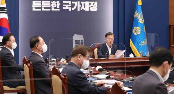 President Moon Jae-in makes an opening speech ahead of meeting in which the government and ruling Democratic Party discussed the government's fiscal policy at the Blue House on Thursday. [YONHAP]
