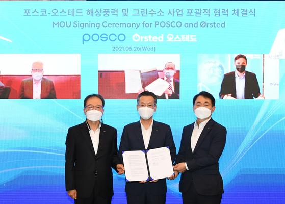 Top executives of Posco and Denmark's Orsted sign a memorandum of understanding, virtually, on Thursday. [POSCO]