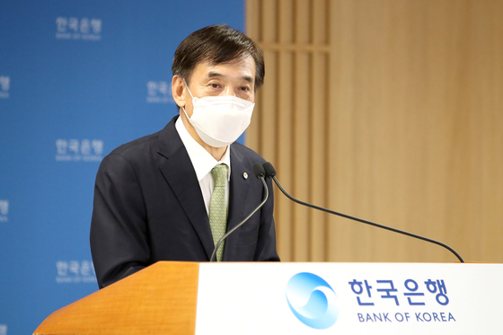 Bank of Korea Gov. Lee Ju-yeol speaks during a press briefing held Thursday after the monetary policy board meeting at the bank's headquarters in Jung District, central Seoul. [BANK OF KOREA]
