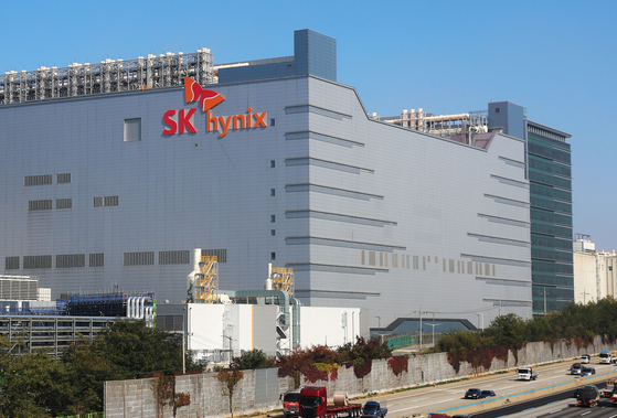 SK hynix's headquarters in Icheon, Gyeonggi. The SK hynix acquisition of Intel's NAND memory and storage business was approved by the FTC. [YONHAP]