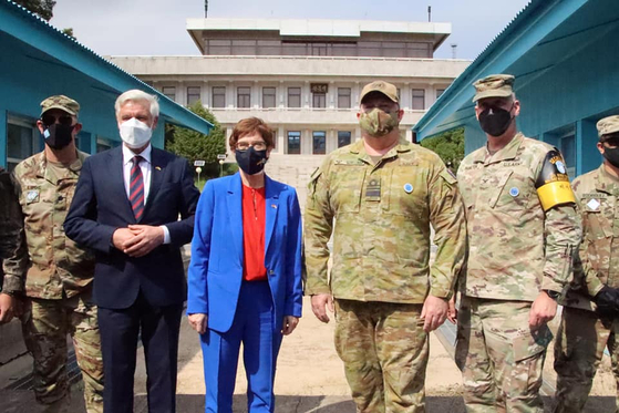 """German Defense Minister Annegret Kramp-Karrenbauer, third from left, visits the Joint Security Area at Panmunjom on Wednesday. The United Nations Command (UNC) posted this photo to its Facebook page on Thursday after Kramp-Karrenbauer's visit, which was arranged at the request of the South Korean government. In the post, the UNC said, """"Germany provided medical support as a part of UNC during the Korean War and continues to play an active role in supporting peaceful conditions on the Peninsula today."""" [YONHAP]"""
