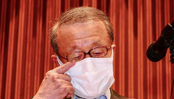 Hong Won-sik, the former Namyang Dairy Products chairman, apologizes at a press event held May 4. [YONHAP]