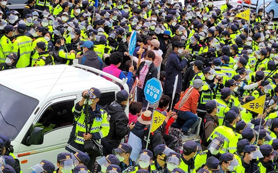 Police troops stop protesters who try to block military vehicles from entering the U.S. Forces Korea's Terminal High Altitude Area Defense (Thaad) base in Seongju, North Gyeongsang. [NEWS1]