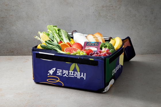 """Coupang, the only e-commerce company participating in the second P4G Summit, showcases its eco-friendly Rocket Delivery model. It uses its own reusable insulated """"eco-bags"""" for fresh food delivery, eliminating the need for Styrofoam boxes. [COUPANG]"""