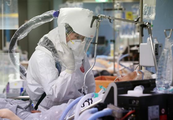 A nurse caring for a patient at a hospital in Pyeongtaek, Gyeonggi, on May 11. [NEWS1]