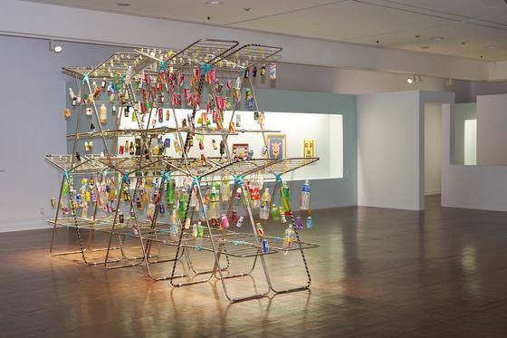 Joo Jae-hwan's installation work ″Water versus The Illegitimate Children of Water″ was inspired by environmental harm caused by plastic bottles. [JEON TAE-GYU]