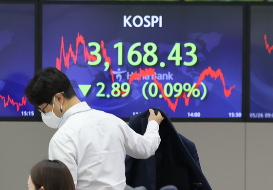 A screen in Hana Bank's trading room in central Seoul shows the Kospi closing at 3,168.43 points on Wednesday, down 2.89 points, or 0.09 percent, from the previous trading day. [YONHAP]