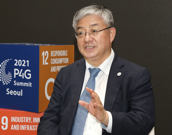Yoo Yeon-chul, executive director of the 2021 P4G Seoul Summit Preparatory Office and Korea's ambassador and deputy minister for climate change, sits for an interview with the Korea JoongAng Daily Monday at the Dongdaemun Design Plaza (DDP), the venue for the Partnering for Green Growth and the Global Goals 2030 (P4G) Summit kicking off Sunday. [PARK SANG-MOON]