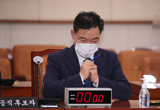 Prosecutor General nominee Kim Oh-soo waits for the afternoon session of his confirmation hearing to start on Wednesday at the National Assembly.  [YONHAP]