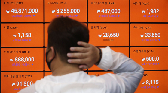 Bitcoin value is shown on a board at Bithumb in Gangnam, Seoul, on Friday. [YONHAP]