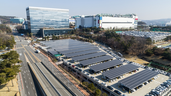 Solar power panels installed at a Samsung Electronics parking lot in Giheung, Gyeonggi. [SAMSUNG ELECTRONICS]