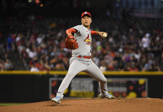 Kim Kwang-hyun of the St. Louis Cardinals delivers a first inning pitch against the Arizona Diamondbacks at Chase Field in Phoenix, Arizona on Sunday. [AFP/YONHAP]