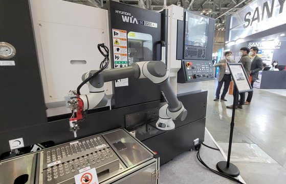 Semiconductor manufacturing robots displayed during an exhibition held in Busan on May 26. Semiconductor production grew 30 percent year-on-year in April. [YONHAP]