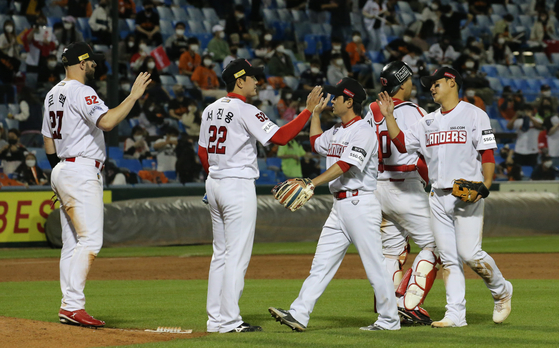 SSG Landers players leave the field after beating the Hanwha Eagles at Daejeon Hanbat Baseball Stadium in Daejeon on Saturday. [NEWS1]