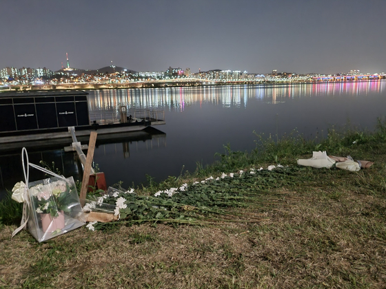 Flowers are placed at Banpo Han River Park in memory of Sohn on May 6. [CHOI YEON-SU]