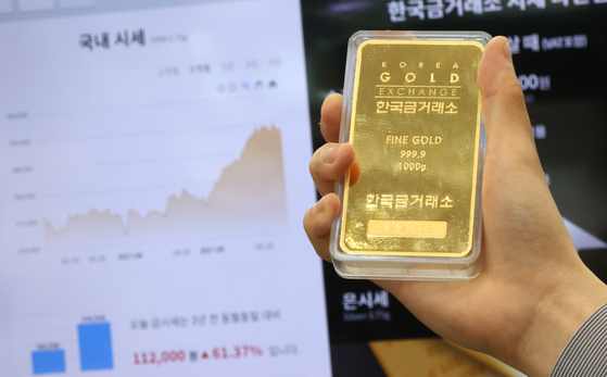 A gold bar is displayed at the Korea Gold Exchange in Jongno District, central Seoul, on Monday. As bitcoin prices continue to drop, gold prices have recently have been on the rise. Demand for gold has risen as investors hoping to hedge inflation. [YONHAP]