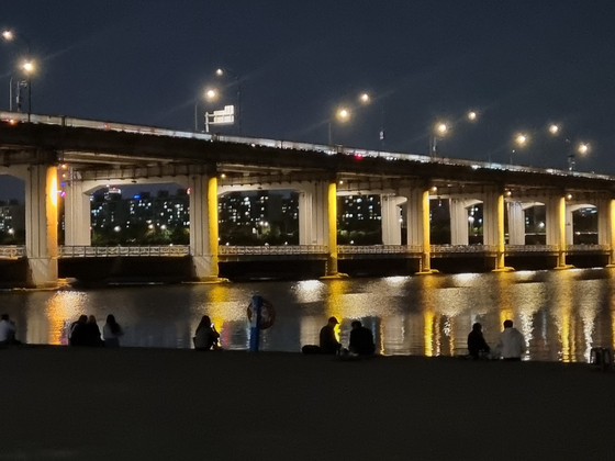 People drink in the Banpo Han River Park on May 6 around 10 p.m. [CHOI YEON-SU]
