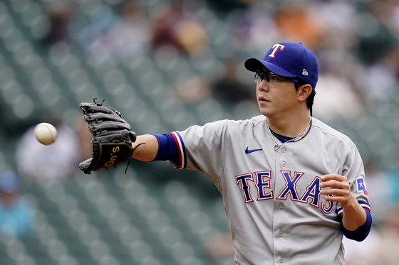 Texas Rangers pitcher Yang Hyeon-jong reaches for a ball against the Seattle Mariners in the first inning of a baseball game in Seattle on Sunday. [AP/YONHAP]