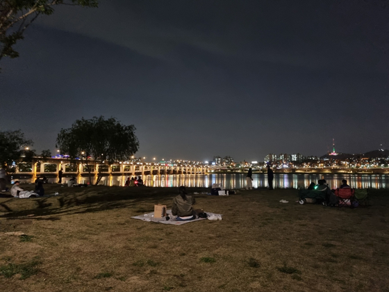 People drink in the Banpo Han River Park in southern Seoul on May 6 around 10 p.m. [CHOI YEON-SU]