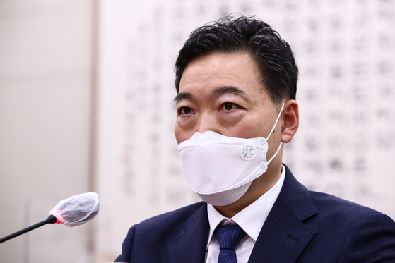 Prosecutor general nominee Kim Oh-soo answers a lawmaker's question at the confirmation hearing on Wednesday. [YONHAP]