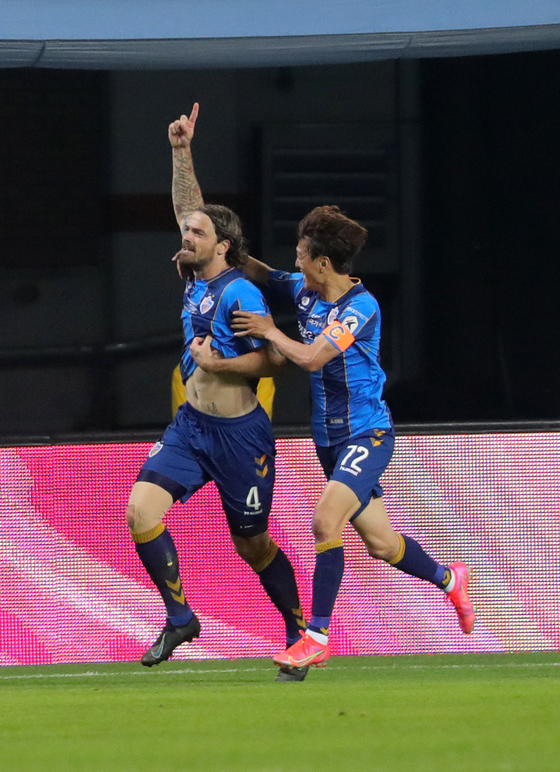 Dave Bulthuis of Ulsan Hyundai, left, celebrates after meeting the net in the 56th minute at a game against Jeonbuk Hyundai Motors on Wednesday at the Jeonju World Cup Stadium in Jeonju. [NEWS1]
