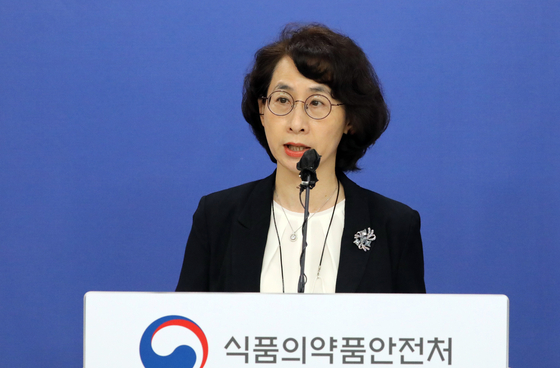 National Institute of Food and Drug Safety Evaluation Director-General Seo Kyung-won speaks during a briefing at the Ministry of Food and Drug Safety in Cheongju, North Chungcheong, on Monday. The ministry announced that it has developed standards for comparative clinical studies for domestic Covid-19 vaccines. [NEWS1]