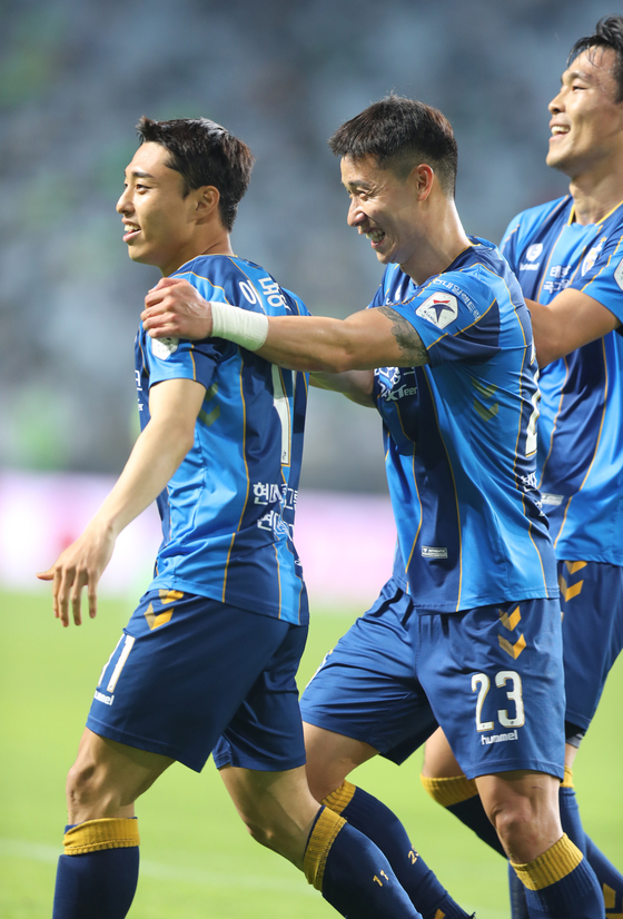 Lee Dong-jun of Ulsan Hyundai, left, celebrates with his team after scoring the fourth goal against the Jeonbuk Hyundai Motors on Wednesday at Jeonju World Cup Stadium in Jeonju, North Jeolla. [YONHAP]