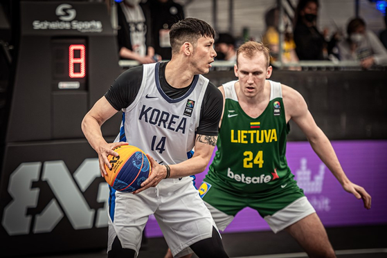 Lee Dong-jun, left, plays against Lithuania at the 2021 International Basketball Federation (FIBA) 3x3 Olympic Qualifying Tournament in Graze, Austria on Saturday. [FIBA]