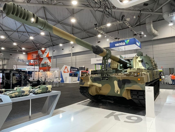 Hanwha Defense showcases a K-9 Thunder Self-Propelled Howitzer at the Land Forces 2021 exhibition in Brisbane, Australia, on June 1. The K-9 was selected as the sole preferred bidder for an Australian artillery gun procurement project in September. The Australian Army is expected to acquire 30 K-9 Thunder Self-Propelled Howitzers following negotiations with Hanwha. [YONHAP]