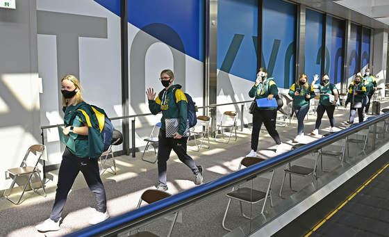 The Australian national handball team arrives at Narita International Airport in Tokyo on Tuesday ahead of the 2020 Tokyo Olympics. The Australian team are the first foreign athletes to arrive in Japan for the Games, which the government and International Olympic Committee insist will go ahead despite growing pressure both inside and outside of the country. [YONHAP]