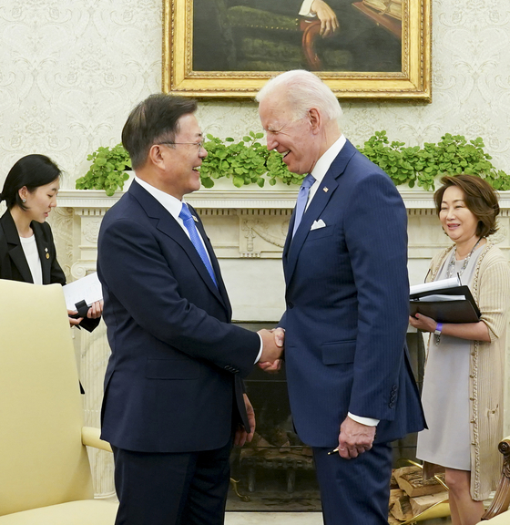 President Moon Jae-in, left, with U.S. President Joe Biden, during their meeting in the Oval Offi ce of the White House in Washington D.C. on Friday. [YONHAP]
